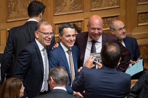 Ständerat Hannes Germann, SVP-SH, links, Bundesratskandidat Ignazio Cassis, FDP-TI, Mitte, und Fabio Regazzi, CVP-TI, rechts, posieren während der Ersatzwahl in den Bundesrat. (Bild: Keystone)