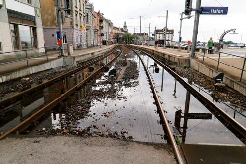 Im Gegensatz zu 1999 hat es nur wenig Wasser auf den Schienen beim Hafenbahnhof in Rorschach. (Bild: Rudolf Hirtl)