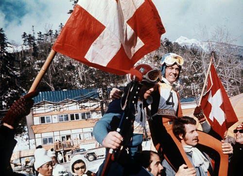 Olympiasieger Bernhard Russi (Nr. 4) und der Schweizer Olympiazweite Roland Collombin (Nr. 11) auf den Schultern der Fans. (Bild: Keystone/Str)
