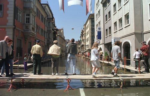 Hochwassersituation am Bodensee: Touristen drängen sich auf den ausgelegten Stegen in Rorschach. (Bild: Archiv)