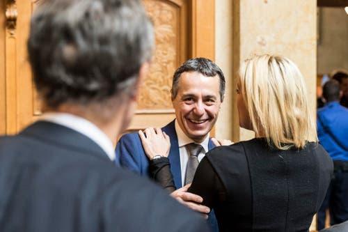 Ignazio Cassis, Mitte, lacht, während er von Celine Amaudruz, SVP-GE, begrüsst wird. (Bild: Keystone)