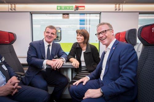 Bitte Platz nehmen: Peter Spuhler testet mit Bundespräsidentin Doris Leuthard und SBB-Chef Andreas Meyer die Sitzplätze im neuen Zug. (Bild: Urs Bucher)