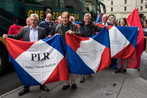 Anhänger von Ignazio Cassis der Tessiner FDP-Fraktion sind mit einem Bus aus dem Tessin angereist. (Bild: Keystone)