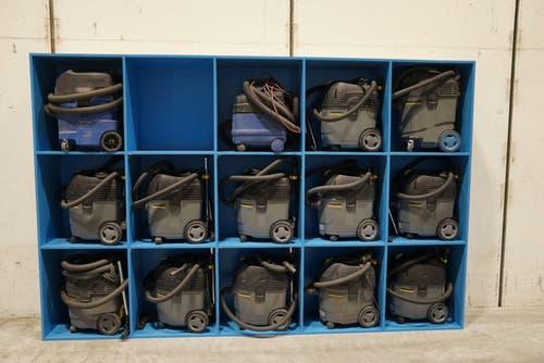 Bereit zum Zugputz: Industriestaubsauger warten bei Stadler auf ihren Einsatz. (Bild: Johannes Wey)