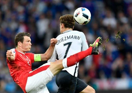 Der Schweizer Captain Stephan Lichtsteiner kämpft mit Frankreichs Stürmer Antoine Griezmann um den Ball. (Bild: Martin Meissner / Keystone)
