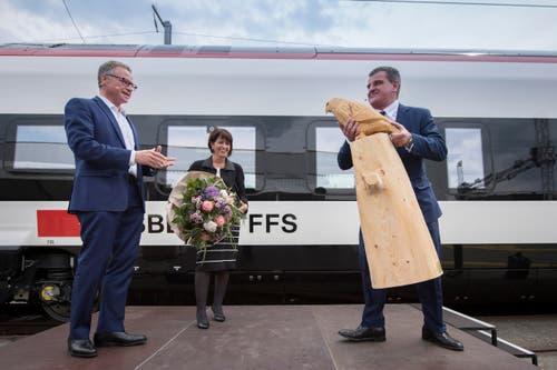 """Peter Spuhler überreicht SBB-Chef Andreas Meyer als Geschenk eine Busshard-Skulptur. Der Raubvogel ist der Namensgeber für den Zug """"Giruno"""". (Bild: Urs Bucher)"""
