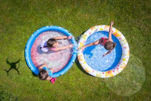 Planschende Kinder in einem Pool in einem Arboner Garten. (Bild: Urs Bucher)