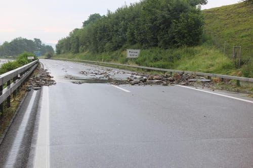 Mit dem Wasser versperrten Steine und Geröll die Autobahn zwischen Meggenhus und Rheineck. (Bild: Kapo SG)