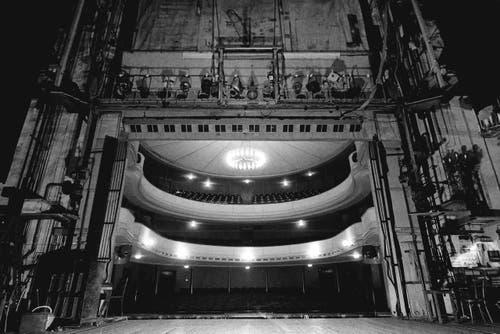 Blick vom Bühnenportal in den Zuschauerraum. (Bild: Stadtarchiv Ortsbürgergemeinde St.Gallen)