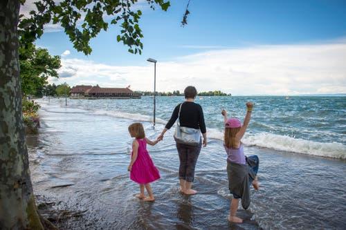 Bei Rorschach ist der Bodensee über die Ufer geschwappt - die Kleinen freuen sich darüber. (Bild: Urs Bucher)