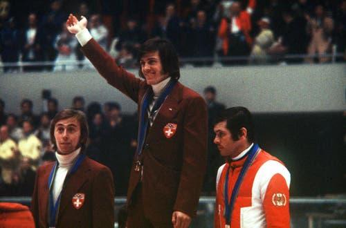 Zeitgemässe Frisuren: Das Siegerpodest der Herren-Abfahrt mit Bernhard Russi (mitte) und Roland Collombin (links). Bronze geht an Heinrich Messner aus Österreich.