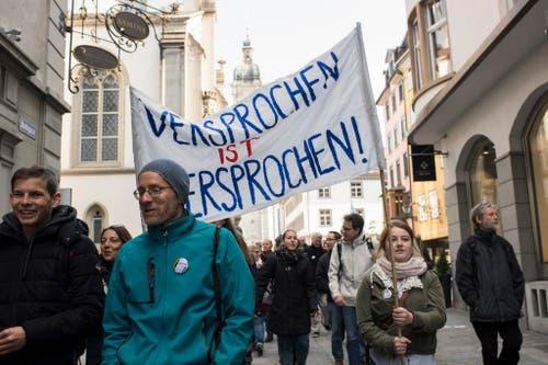 St.Galler Kantonsangestellte demonstrieren für die 200-Millionen-Einlage in die Pensionskasse. (Bild: Keystone)