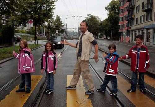 Auch für die Sicherheit von Schulkindern im Strassenverkehr hat sich DJ Bobo schon engagiert - in einer Pose, die insbesondere Beatles-Liebhabern durchaus bekannt vorkommen dürfte. (Bild: Keystone)