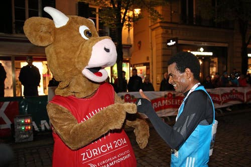 EM Maskottchen Cooly mit Tadesse Abraham nach dem Elite Rennen der Männer am Luzerner Stadtlauf. (Bild: Philipp Schmidli / Neue LZ)