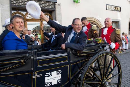 Albert Bachmann, OK-Präsident Estavayer 2016, rechts, und Marie Garnier, Staatsrätin des Kantons Freiburg, links, beim Fahnenempfang. (Bild: Keystone / Jean-Christophe Bott)
