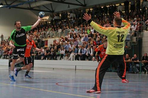 Boris Stankovic, inks, gegen Schaffhausens Goalie Arunas Vaskevicius. (Bild: Philipp Schmidli / Neue LZ)