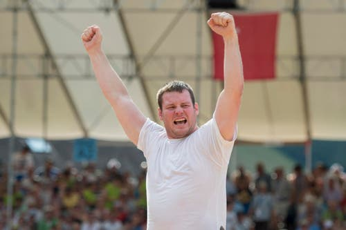 Andi Imhof feiert seinen Sieg im Schlussgang gegen Martin Grab. (Bild: Keystone/Urs Flüeler)