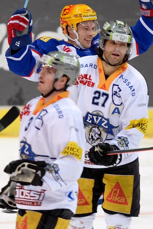 Frust bei den Zugern Nolan Diem, links, und Josh Holden, während Zürichs Robert Nilsson nach dem 1:0 jubelt . (Bild: Keystone / Walter Bieri)