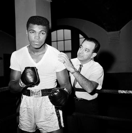 Muhammad Ali 1962 mit seinem Trainer Angelo Dundee im City Parks Gym in New York. (Bild: Keystone)
