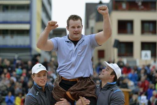 Christian Schuler feiert seinen Sieg gegen Peter Imfeld im Schlussgang beim Zuger Kantonalen Schwingfest. (Bild: Keystone)