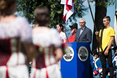 Der Bürgermeister von Estavayer, Andre Losey, spricht anlässlich des Fahnenempfangs. (Bild: Keystone / Jean-Christophe Bott)