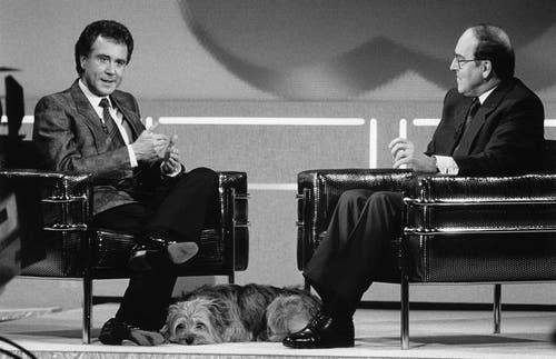 Kurt Felix empfängt 1987 in einer Fernsehshow Alt-Bundesrat Kurt Furgler. (Bild: Keystone)