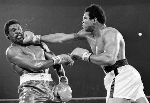 Muhammad Ali (rechts) verpasst Ron Lyle einen rechten Haken in der fünften Runde des Titelkampfes 1975 in Las Vegas. (Bild: Keystone)