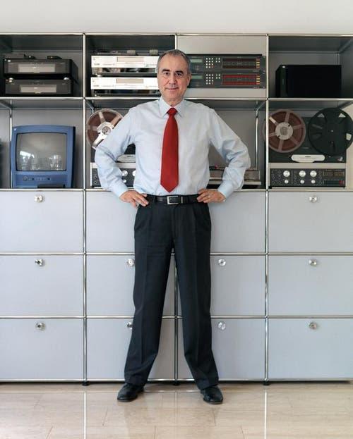 Kurt Felix am 2. April 2004 vor seinen technischen Geräten bei sich zuhause in St. Gallen. (Bild: Keystone)