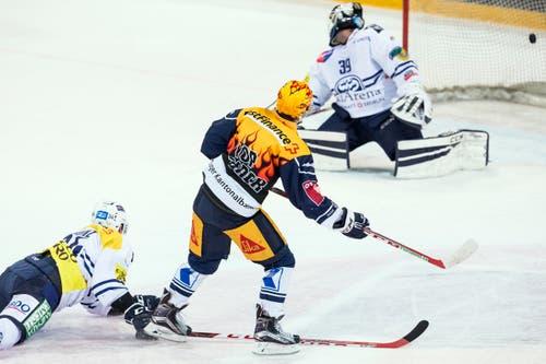 Zugs Lino Martschini, Mitte trifft zum 1:0 in die Maschen. (Bild: Alexandra Wey / Keystone)