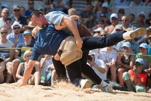 Schwingerkönig Kilian Wenger (oben) entscheidet die Ausmarchung gegen Lutz Scheuber für sich. (Bild: Keystone/Urs Flüeler)