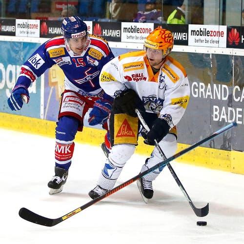 Zugs Pierre-Marc Bouchard (rechts) vor Klotens Philippe Schelling an der Scheibe. (Bild: Keystone / Patrick B. Krämer)