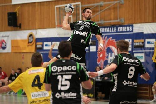 Benjamin Steiger beim Sprungwurf. (Bild: Roger Zbinden/Neue LZ)