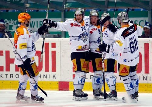 Pierre-Marc Bouchard, Johann Morant, Santeri Alatalo, Dominic Lammer und Jarkko Immonen feiern einen Treffer. (Bild: Keystone / Patrick B. Krämer)