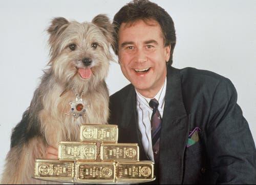 Rückblick auf sein Schaffen: Kurt Felix, Moderator «Supertreffer», mit Hund Sheriff und Goldbarren, im Jahr 1989. (Bild: SRF / Marianne Wolleb)