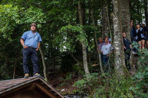 Ein Mann beobachtet das Fest von einem Dach aus. (Bild: Philipp Schmidli)