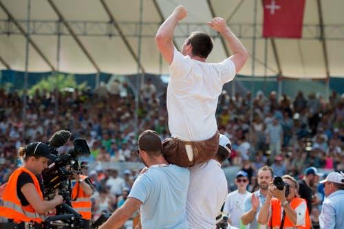 Andi Imhof feiert seinen Sieg. (Bild: Keystone/Urs Flüeler)
