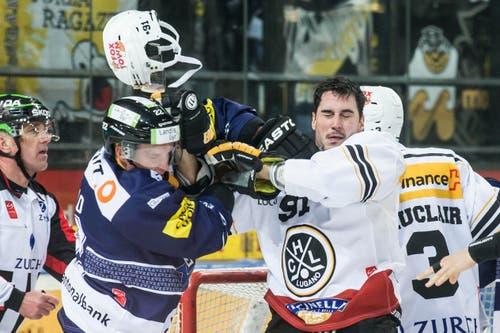 Da fliegen die Fetzen: Zugs Santeri Alatalo (links) im Kampf gegen Luganos Julian Walker. (Bild: Keystone / Alexandra Wey)