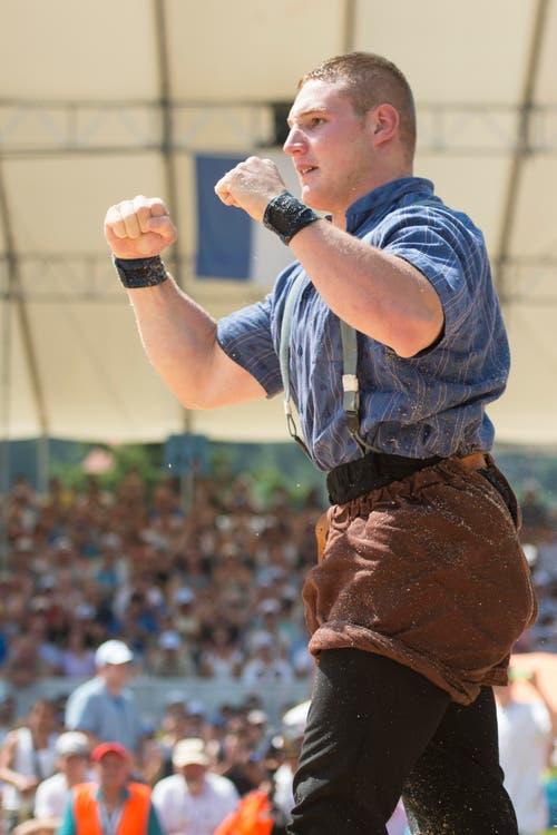 Joel Wicki feiert den Sieg gegen Bruno Gisler nach dem 5. Gang. (Bild: Keystone/Urs Flüeler)
