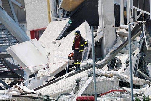 Auch in Medolla ist ein Fabrikgebäude eingestürzt . . . (Bild: Keystone / EPA)
