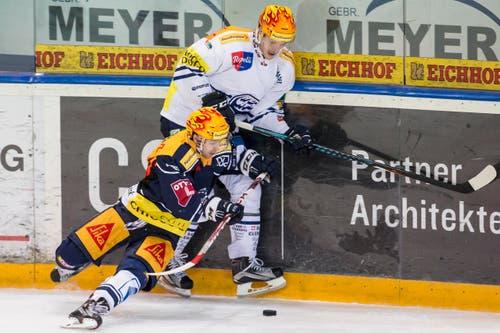 Die beiden Topskorer im Duell: Zugs Lino Martschini (links) gegen Ambris Cory Emmerton. (Bild: Alexandra Wey / Keystone)