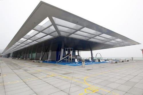 Die neue Zuschauerterrasse auf dem neuen Dock B (Bild: Keystone / Alessandro della Bella)