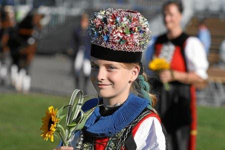 Mädchen in Freiburger Sonntagstracht in der Arene de la Broye. (Bild: swiss-image.ch)