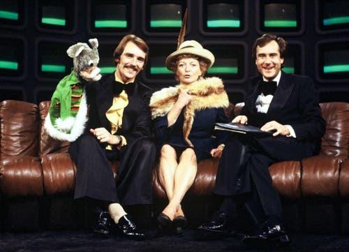 Kurt Felix, Moderator «25 Jahre Fernsehen» (re.), im Gespräch mit Kliby und Stephanie Glaser, 20.7.1978 (Bild: SRF / Marianne Wolleb)