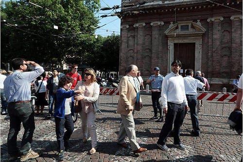 Die Menschen in Modena versammeln sich verängstigt im Freien. (Bild: Keystone / EPA)