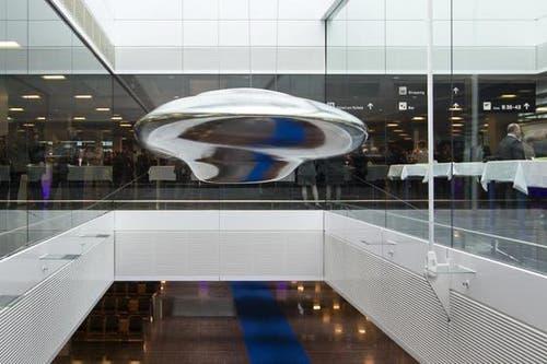 Die Skulptur «Cloud Prototype No. 6» des Künstlers Inigo Manglano-Ovalle hängt wie ein UFO im neuen Dock B. (Bild: Keystone / Alessandro della Bella)