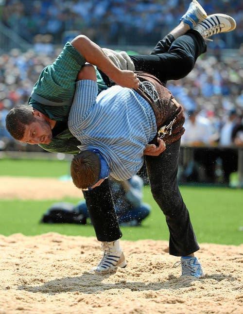 Martin Grab (L) kämpft im 3. Gang gegen Thomas Oester (Bild: Swiss-Image)