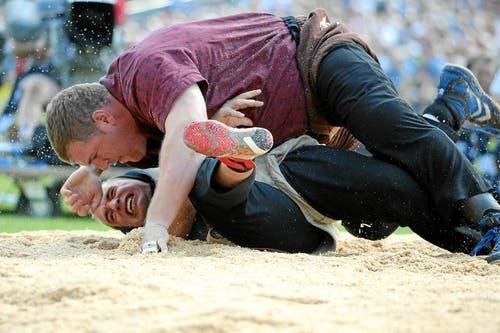 David gegen Goliath: Christian Stucki (oben) kämpft im 3. Gang gegen Markus Schläpfer (Bild: Swiss-Image)