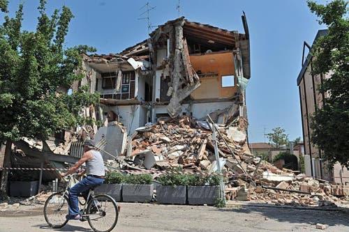 Ein eingestürztes Haus in Rovereto im Bezirk Modena. (Bild: Keystone)