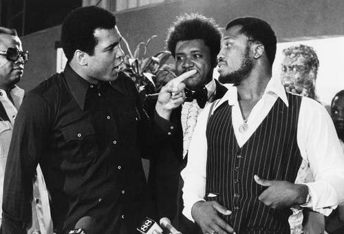 Muhammad Ali (links), Sportpromoter Don King (Mitte) und Boxer Joe Frazier 1975 in New York. (Bild: Keystone)
