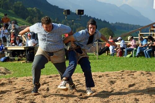 Kampf der Jungen: Nando Durrer, Alpnach (rechts) gegen Kilian Wild, Siebnen. (Bild: Robert Hess (Neue OZ))